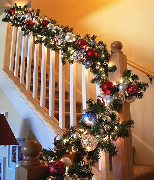 Decorate The Stairs For Christmas: Christmas Staircase Decorating Ideas