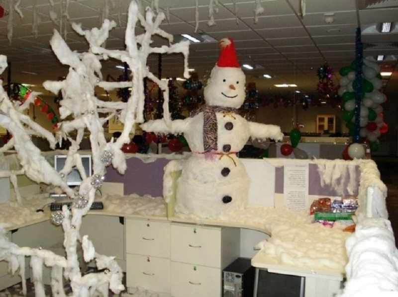 white-christmas-office-decorations